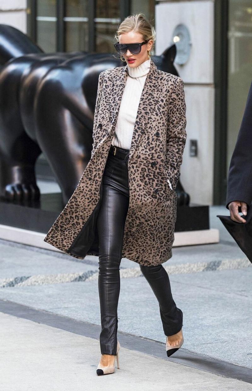 imprimé leopard manteau pantalon en cuir noir pull à col roulé blanc escarpins pointus beige et noir