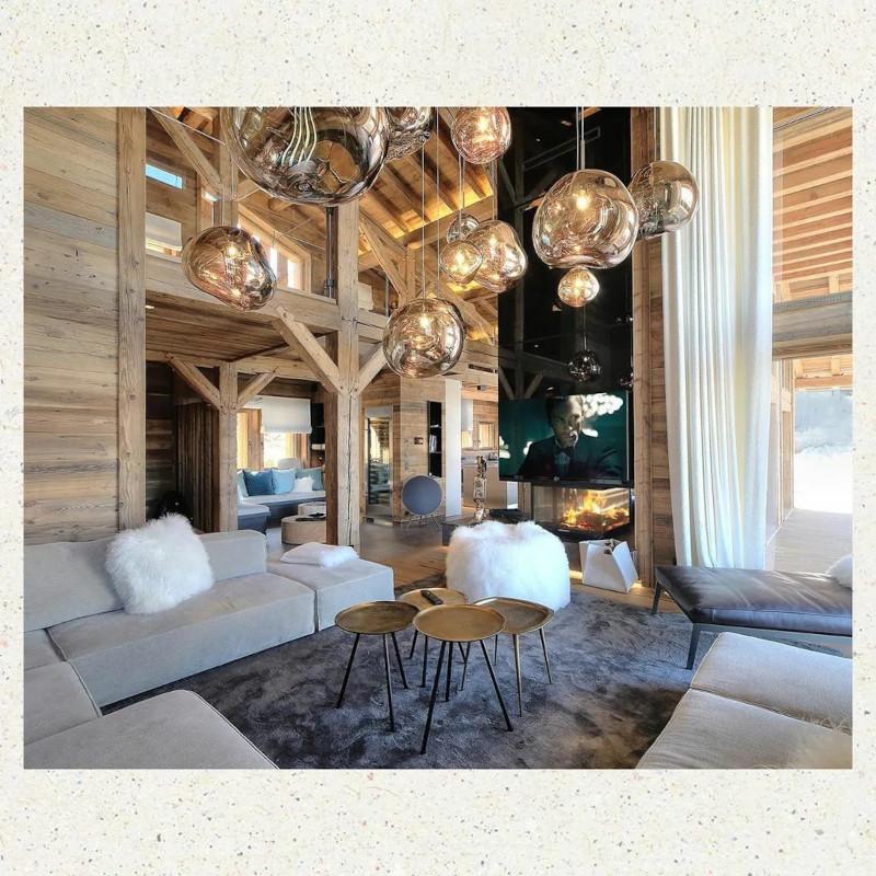 interieur chalet montagne moderne lustre unique canapé en gris clair tables basses en bois