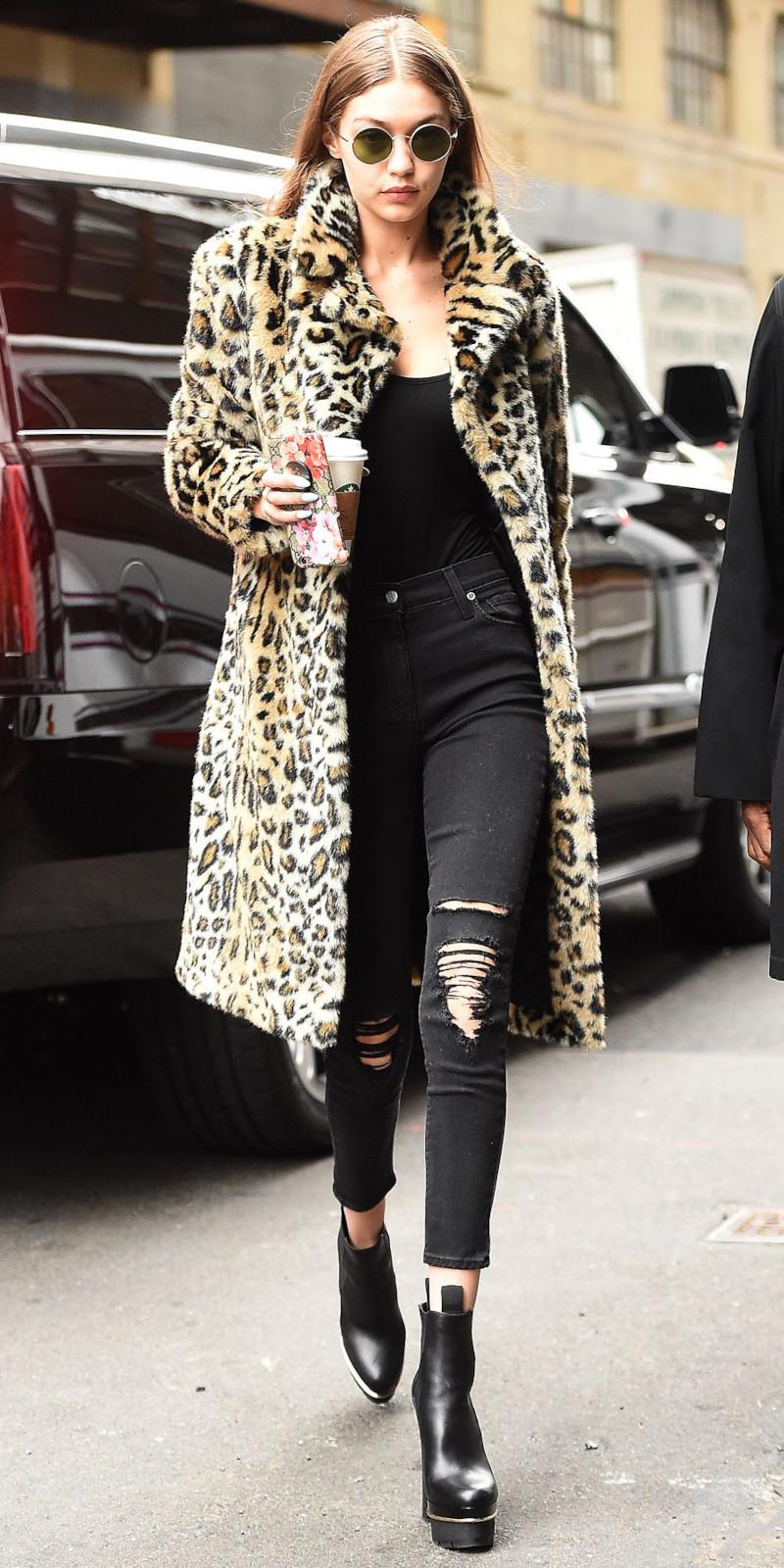 manteau chaud femme bottines noires jean déchiré noir et top noir lunettes de soleil