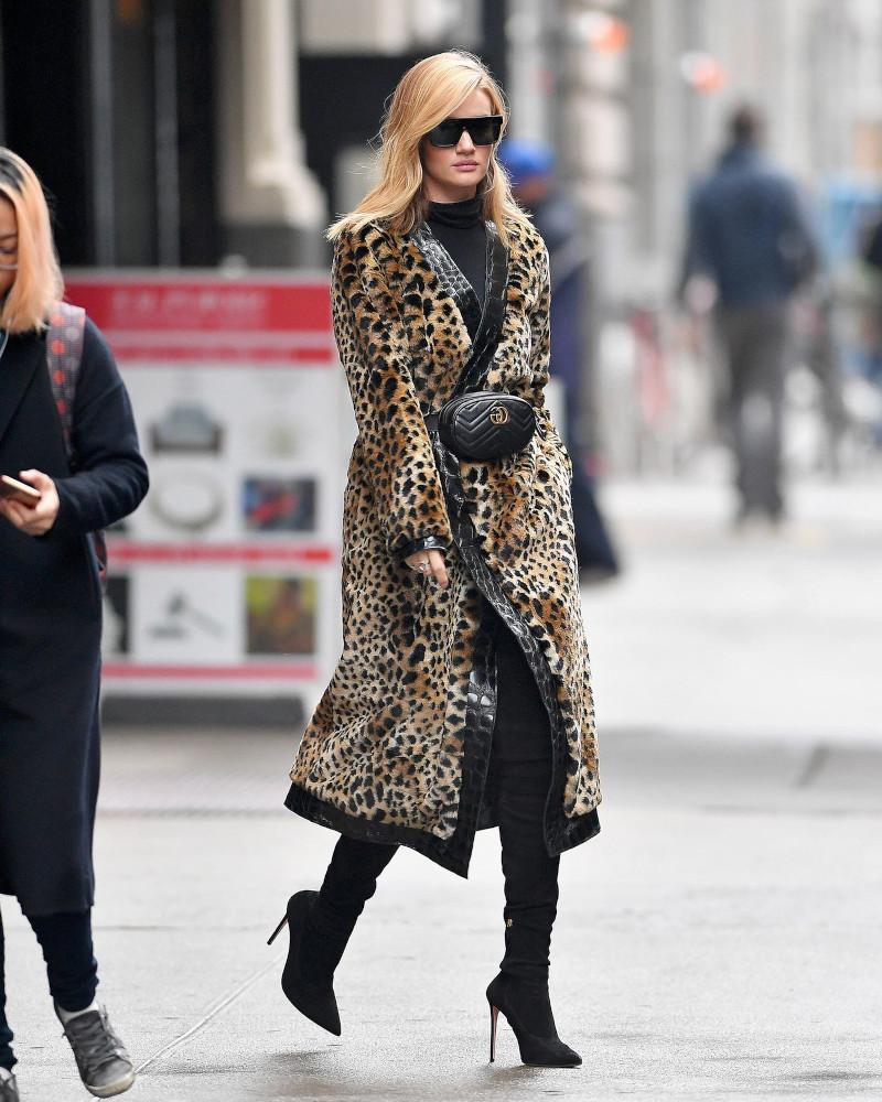 manteau chaud femme stylée bottes élégates à talons hauts tenue noire pochette moderne