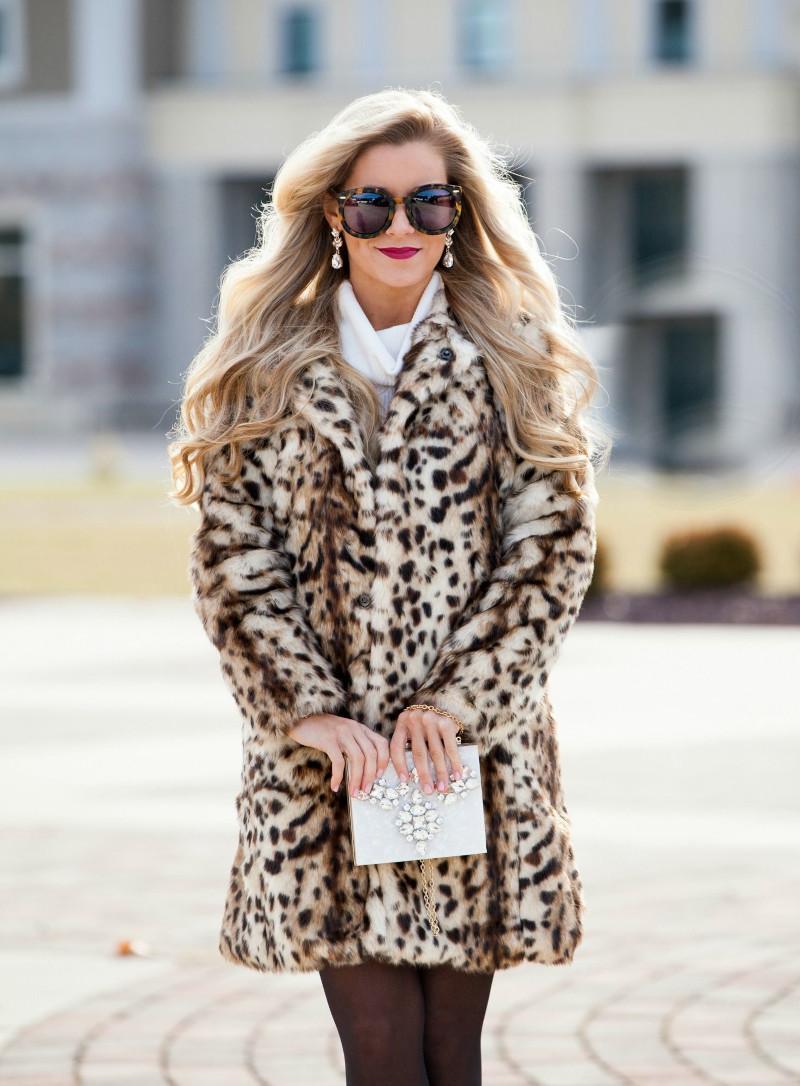 manteau léopard associé à une robe en tricot blanche une pochette blanche