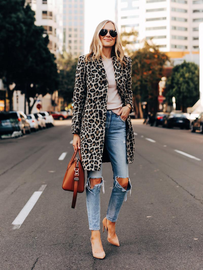 manteau léopard jean déchiré en bleu clair top blanc chaussures beiges