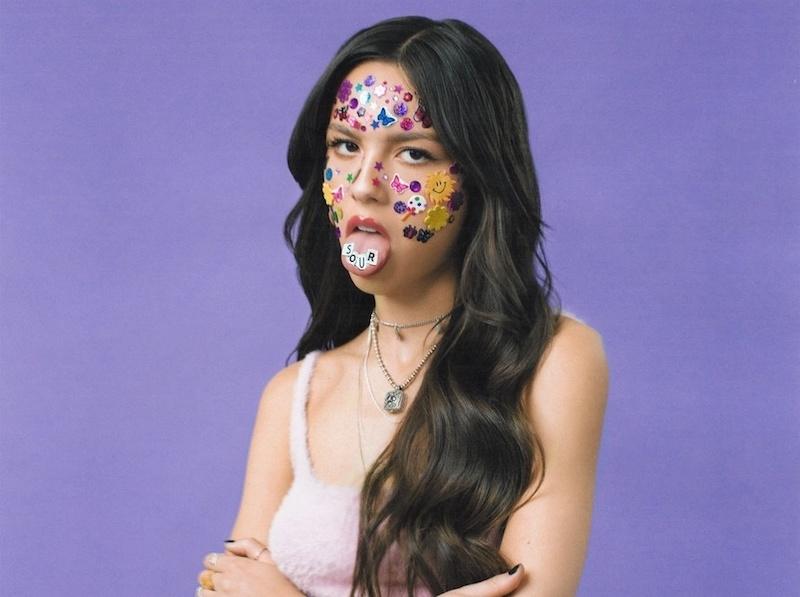 olivia rodrigo visage décoré d autocollants idee deguisement halloween simple et chic