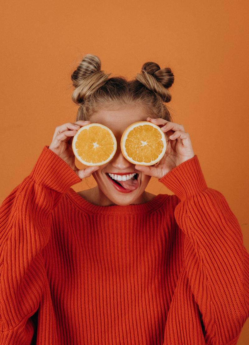 perdre sa cellulite en 2 semaines une fille qui tient deux tranches d orange