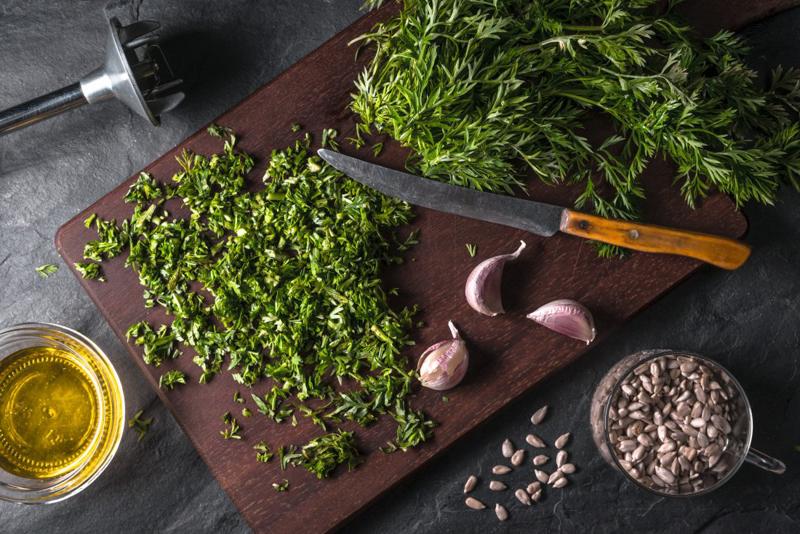 pesto fanes de carottes les ingrédients pour faire du pesto sur la table