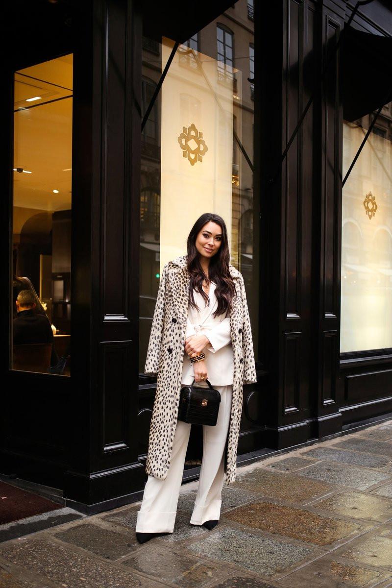 tenue classe femme en ensemble beige escarpins et sac à main noirs manteau léopard