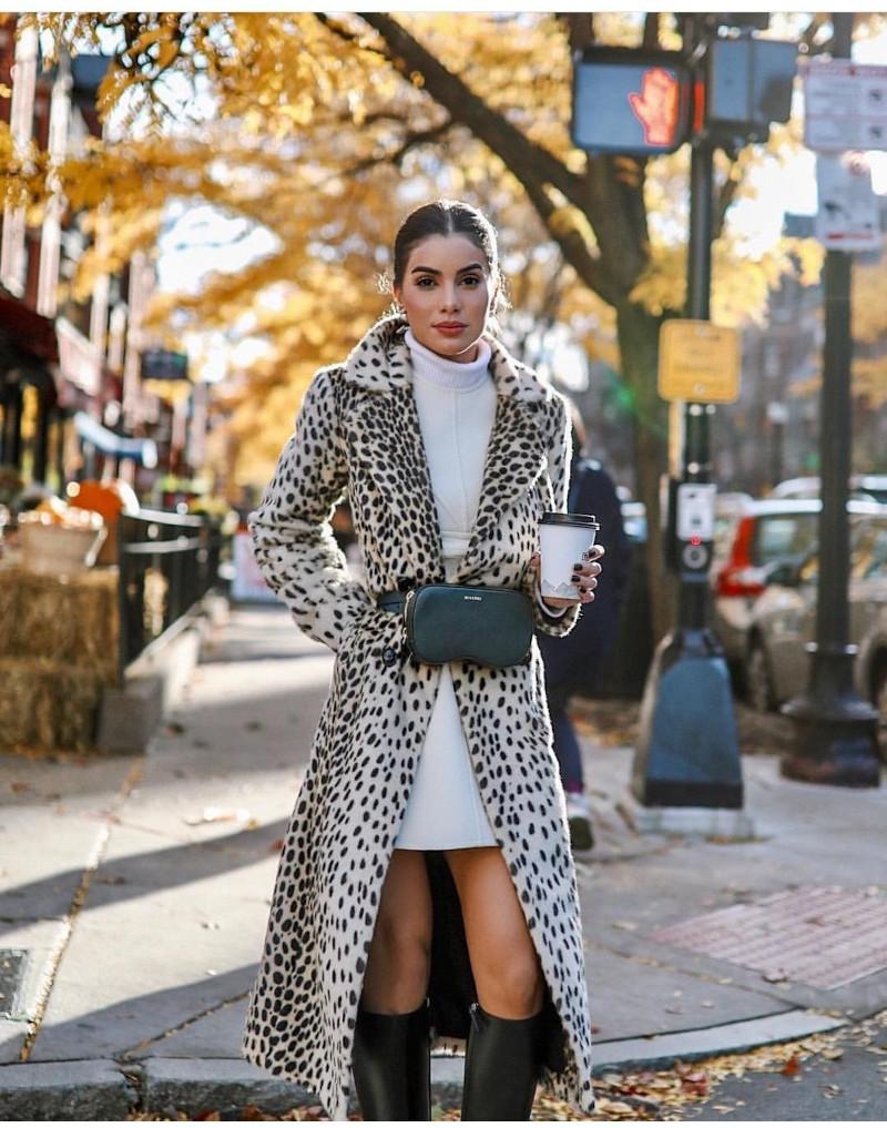 tenue classe femme en robe courte blanche bottes en cuir pochette moderne manteau