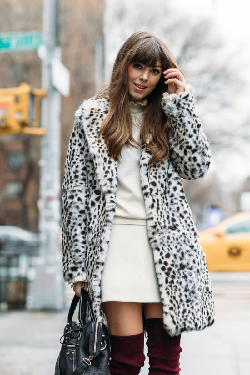 tenue classe femme en robe courte blanche bottes en velours bordeaux manteau imprimé