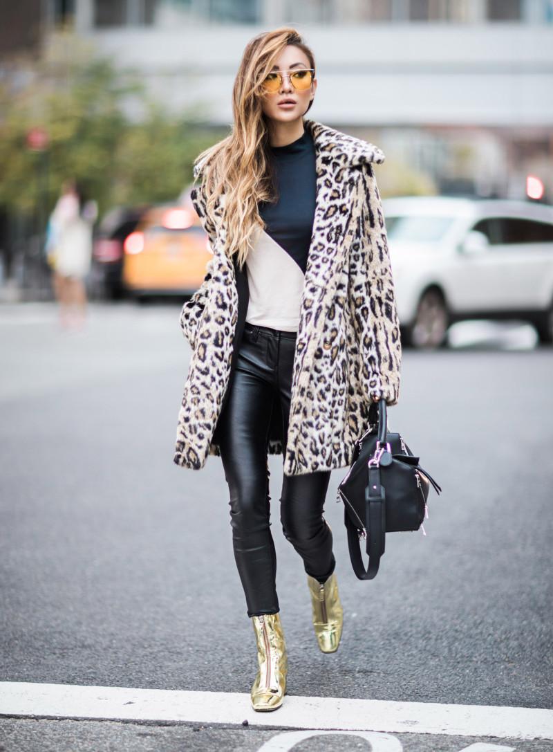tissus leopard en blanc et noir pantalon en simili cuir noir top en noir et blanc bottes dorées