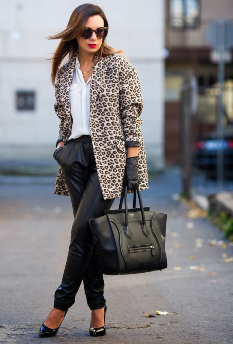 tissus leopard panatalon en simili cuir en noir escarpins et gants en cuir noirs chemisier blanc