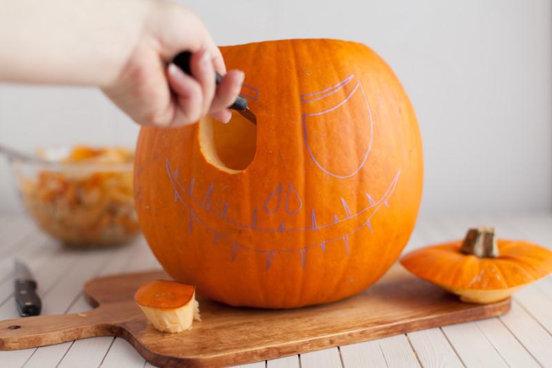 tuto citrouille halloween découper la citrouille avec précision découper un motif