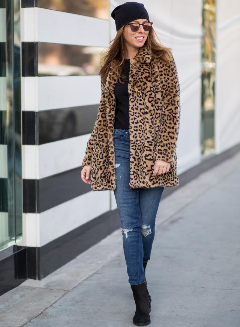 veste leopard fausse fourrure jean skinny déchiré top et bonnet noirs bottes en cuir