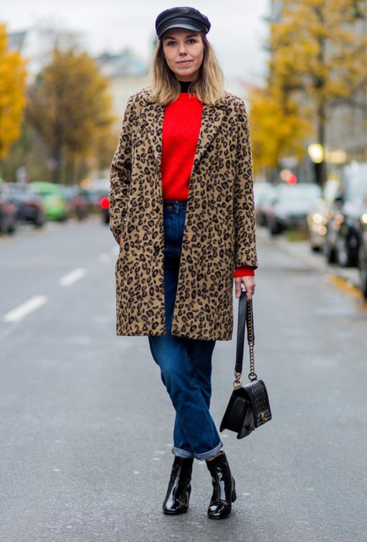 veste leopard jean bleu top rouge bottines et pochette noires casquette noire