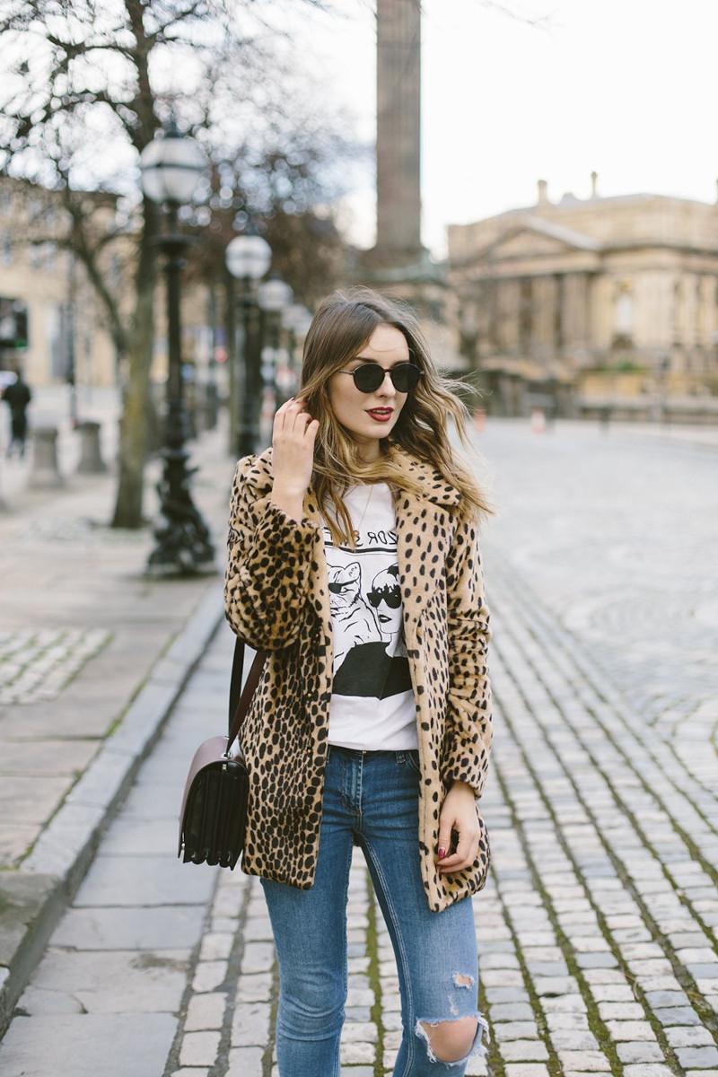 veste leopard jean déchiré bleu t shirt blanc original lunettes de soleil noires