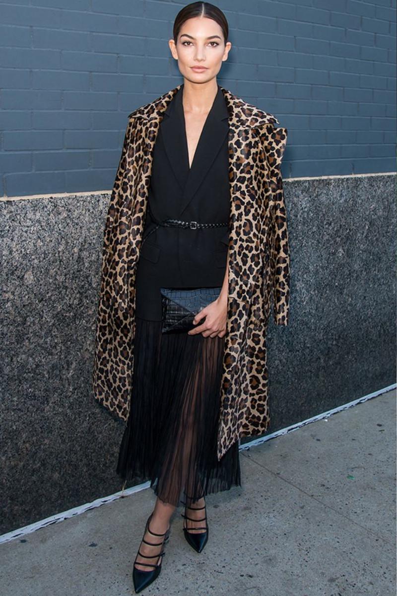 vetement leopard manteau imprimé avec une tenue noire escarpins et pochette noirs