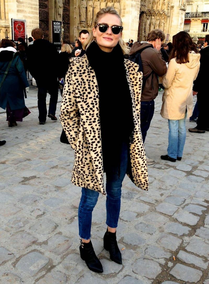 vetements femme tendance style casual chic bottines noires jean bleu pull oversize noir
