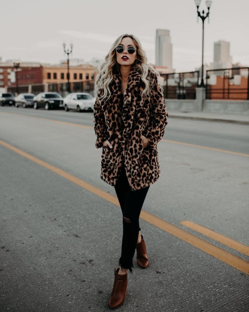 vetements femme tendance veste imprimé bottines en marron pantalon noir lunettes de soleil